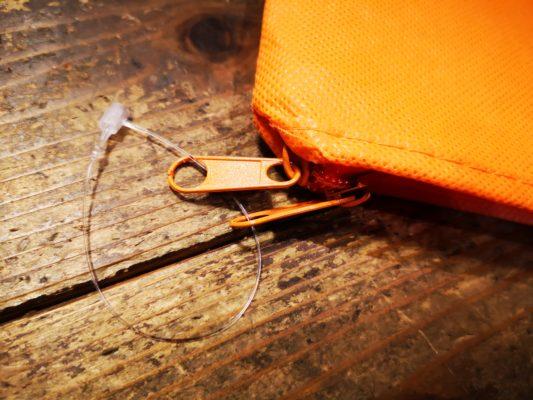 ファスナーは同梱のクリスタルロックで纏め、輸送中に中身が飛び出ないようにしてくださいね(テープで両方の金具を巻いて頂いても大丈夫です)。